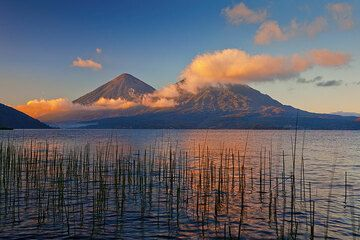 Early morning at the shore of Lake Atitlán with Atitlán and Toliman volcanoes (Photo: Tom Pfeiffer)