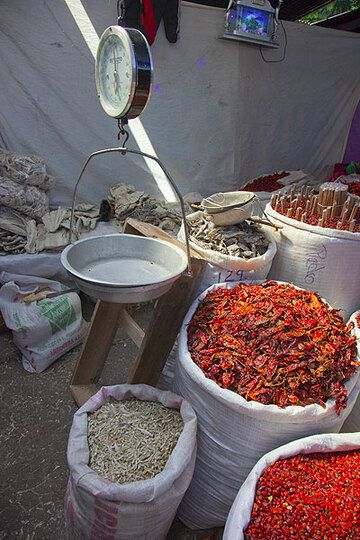 Chili and rice on a market (Photo: Tom Pfeiffer)