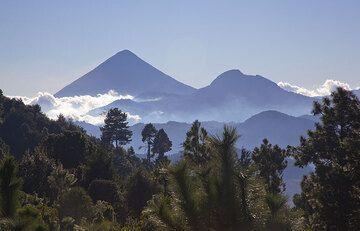 Silhouette of Santa Maria and Cerro Quemado volcanoes  (Photo: Tom Pfeiffer)