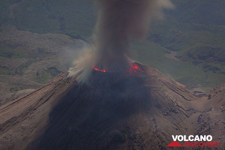 Ash eruption from the lava dome. Bluish flames around the circular perimeter of the active dome, corresponding to the outline of the vent, are visible. (Photo: Tom Pfeiffer)