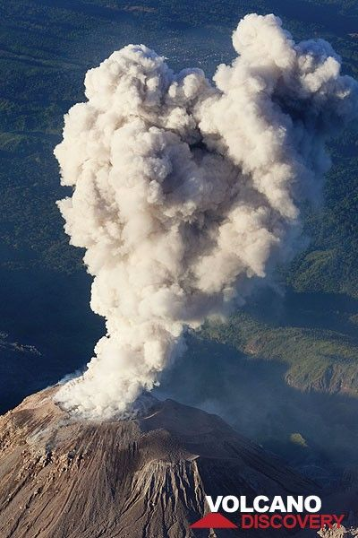 The ash cloud quickly rises several hundreds of meters above Santiaguito (Guatemala) (Photo: Tom Pfeiffer)