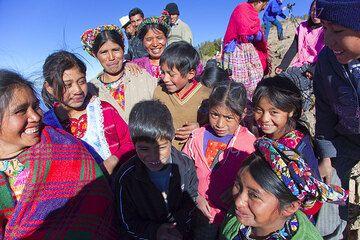 Maya people watching the Santiaguito volcano (Photo: Tom Pfeiffer)