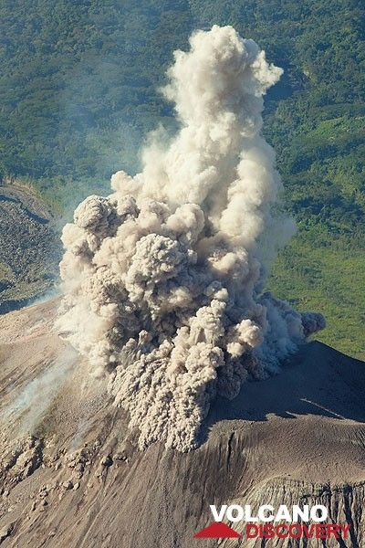 A stronger burst of ash creates small pyroclastic flows on the upper slope of the cone. (Photo: Tom Pfeiffer)