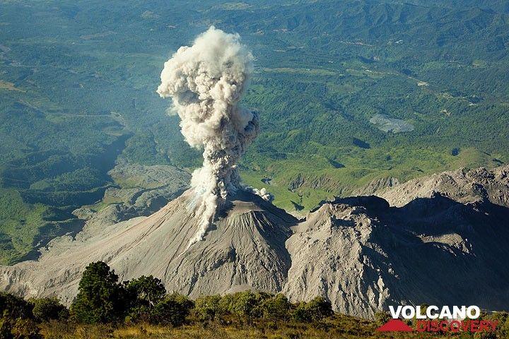 Blick auf die sich entwickelnde Aschenwolke, von der zwei kleine pyroklastischen Ströme auf den Flanken niedergehen. (Photo: Tom Pfeiffer)
