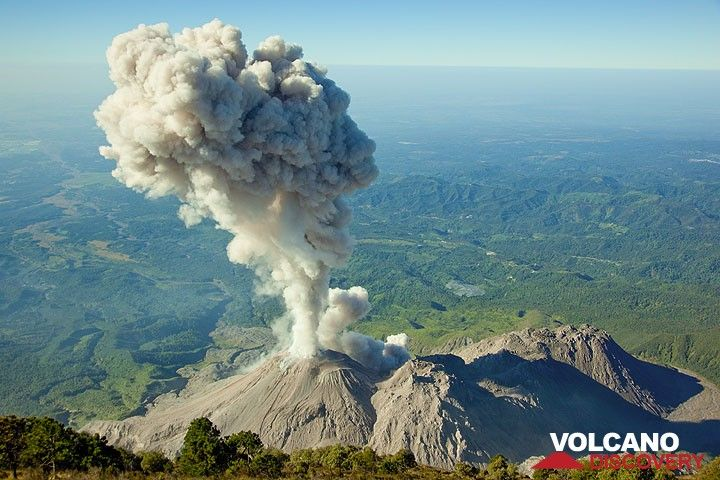 Die Aschenwolke hat mehr als 1 km Höhe erreicht. (Photo: Tom Pfeiffer)