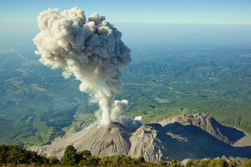 The ash plume has reached more than 1 km height. (Photo: Tom Pfeiffer)