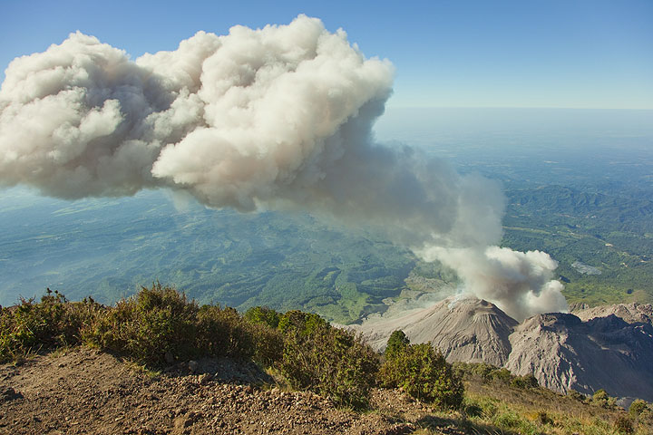 After the eruption, the ash plume spreads and drifts northeastwards (Santiaguito volcano, Guatemala). (Photo: Tom Pfeiffer)