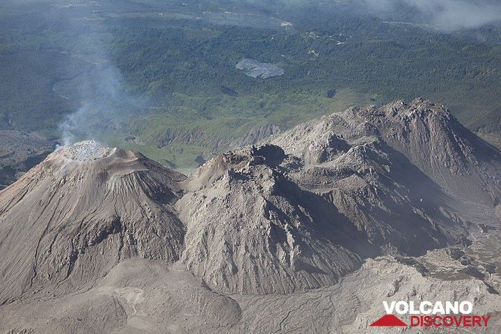 The complex of lava domes of Santiaguito volcano (Photo: Tom Pfeiffer)
