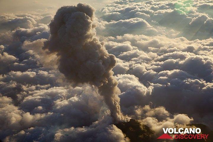 Ascheausbruch über einem Meer aus Wolken (Photo: Tom Pfeiffer)