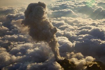 Ash eruption above a sea of clouds (Photo: Tom Pfeiffer)