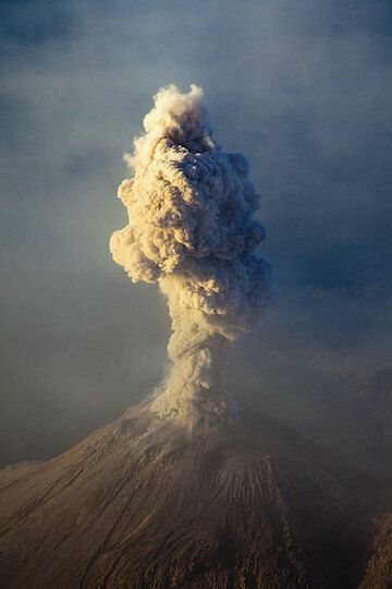 Eruption from Santiaguito in the morning (Photo: Tom Pfeiffer)