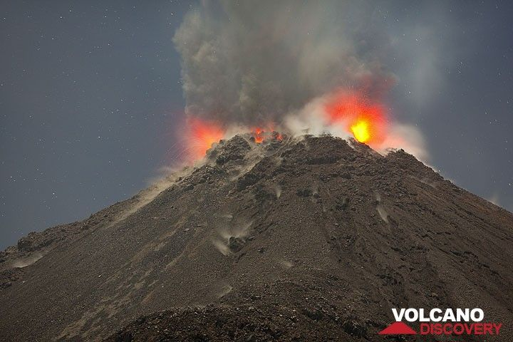 Eruption from Santiaguito volcano (Photo: Tom Pfeiffer)