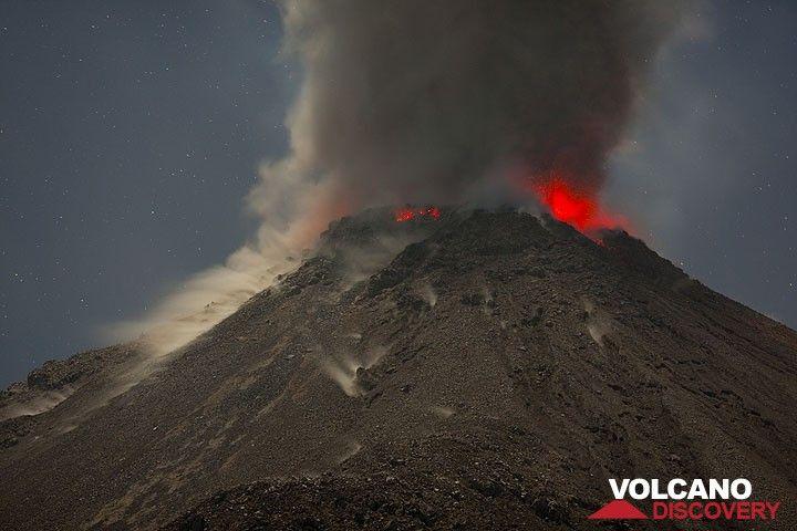 Dichte Aschenwolken steigen vom Ausbruch des Santiaguito Vulkans auf. (Photo: Tom Pfeiffer)