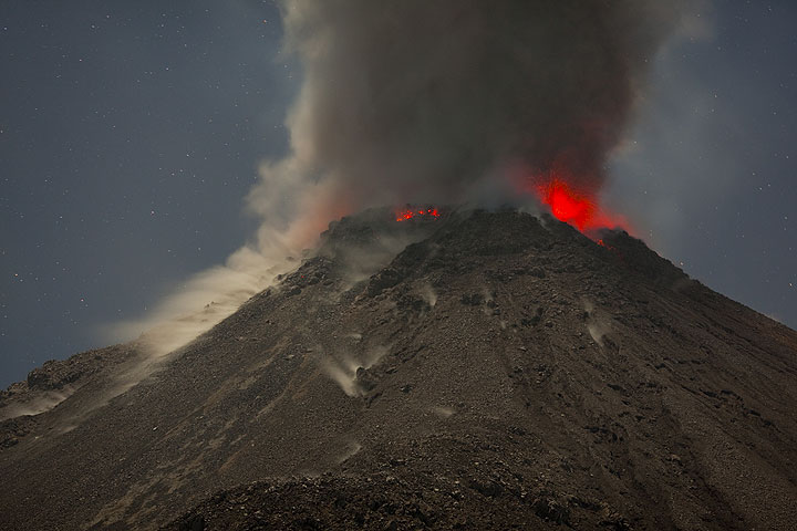 Dense ash rising from an eruption of Santiaguito's lava dome (Photo: Tom Pfeiffer)
