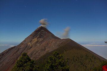 Small eruption of Fuego seen from Acatenango volcano (Photo: Tom Pfeiffer)