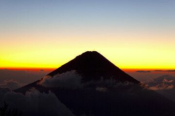 Sonnenaufgang hinter dem Agua Vulkan (Photo: Tom Pfeiffer)