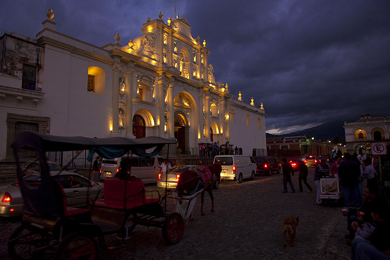 Antigua by night (Photo: Tom Pfeiffer)