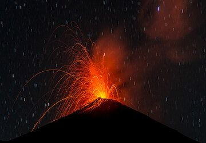 Strombolian eruption from Fuego volcano (29 Dec 2015) (Photo: Tom Pfeiffer)