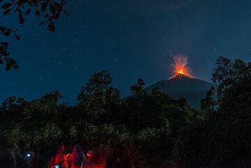 Camp with view onto erupting Fuego volcano. (Photo: Tom Pfeiffer)