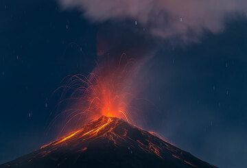 A weaker explosion with the volcano in moonlight. (Photo: Tom Pfeiffer)
