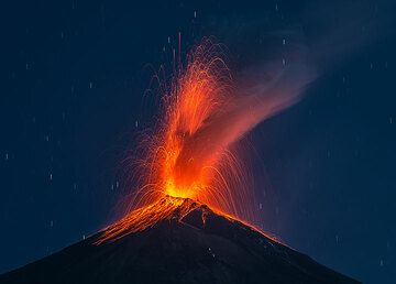 Strombolian activity occurs at intervals of 1-10 minutes. (Photo: Tom Pfeiffer)