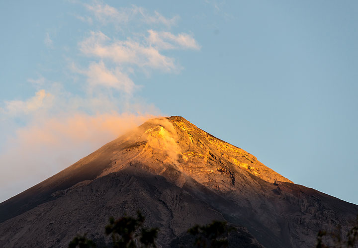 The first sunlight of 2016 kisses Fuego volcano. (Photo: Tom Pfeiffer)