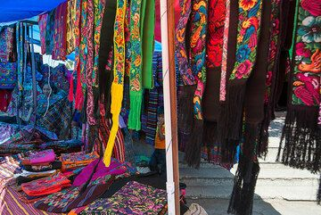 Colorful scarfs and garments. (Photo: Tom Pfeiffer)