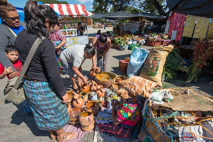 Local pottery for sale. (Photo: Tom Pfeiffer)