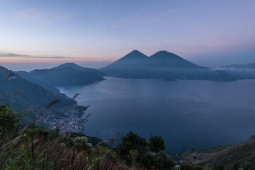 San Lucas Tolimán and Atitlán (l) and Toliman (r) stratovolcanoes seen from Mirador Mario Mendez Montenegro. (Photo: Tom Pfeiffer)