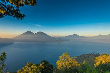 First sunlight hits parts of the caldera cliffs surrounding the Atitlán lake. (Photo: Tom Pfeiffer)