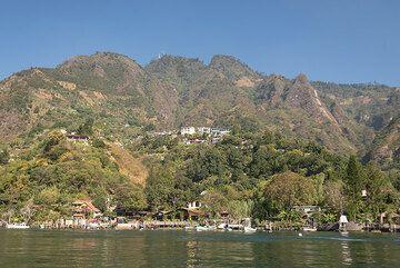 View of the northern Atitlán caldera lake shor and rim, coast of San Jorge village. (Photo: Tom Pfeiffer)