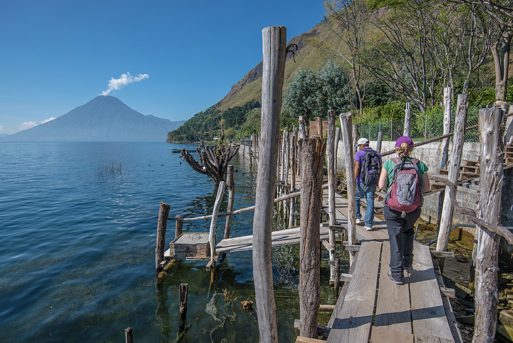 During the past 10 years or so, the level of Atitlán lake rose about a meter for unknown reasons, forcing to construct new shore walkways. (Photo: Tom Pfeiffer)