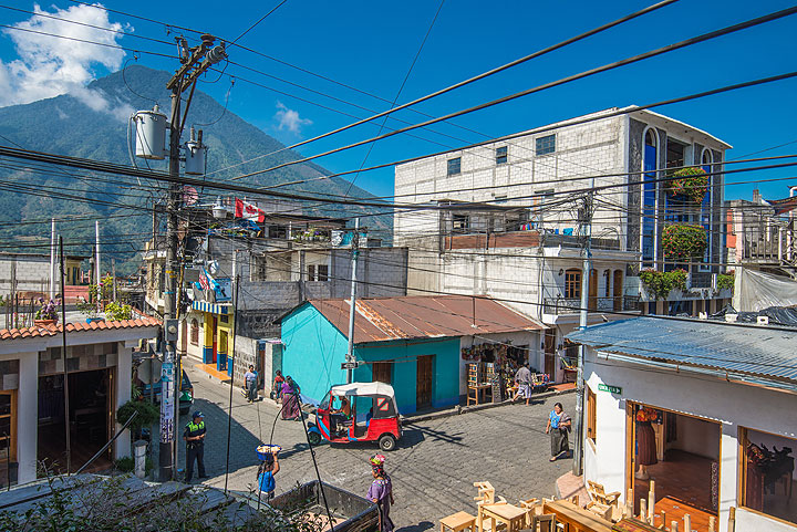 Wonderful electric wiring in Santiago Atitlán (San Pedro volcano in the background)... (Photo: Tom Pfeiffer)