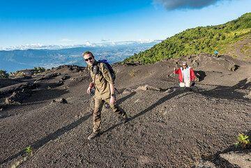Walking over the 2014 lapilli deposit towards the Mackenney cone of Pacaya. (Photo: Tom Pfeiffer)