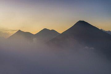 Abendliche Silhouetten der Vulkane Agua, Fuego und Acatenango. (Photo: Tom Pfeiffer)