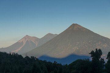 Morgendliche Aussicht zum Agua, Fuego und Acatenango. (Photo: Tom Pfeiffer)
