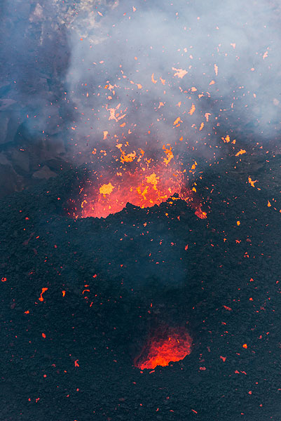 Lava spattering from the main vent. (Photo: Tom Pfeiffer)