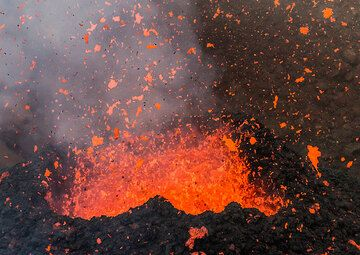 Some spattering pulses were similar to moderately strong strombolian explosions. (Photo: Tom Pfeiffer)