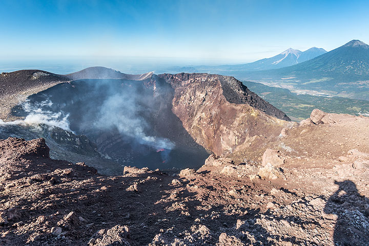 Last view back into the erupting crater of Pacaya (Photo: Tom Pfeiffer)