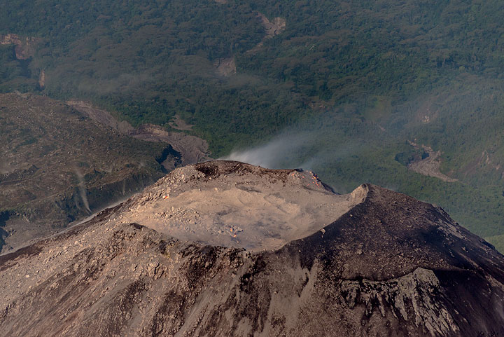 Caliente falls back to sleep after the degassing phase is over. Only very few incandescent spots are visible. (Photo: Tom Pfeiffer)