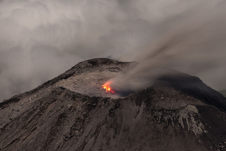 Low clouds engulf most of the lava dome during another jet-like degassing event. (Photo: Tom Pfeiffer)