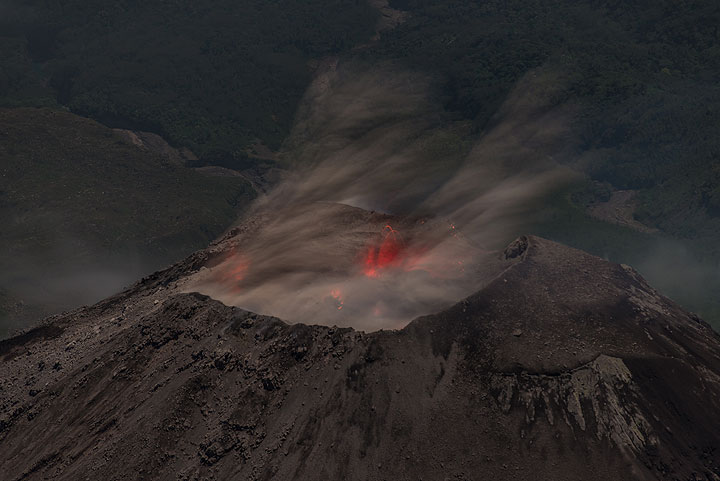 Most of the erupted material is fine ash. (Photo: Tom Pfeiffer)