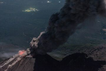 As rockfalls continue, the ash plume has now risen more than 1 km. (Photo: Tom Pfeiffer)