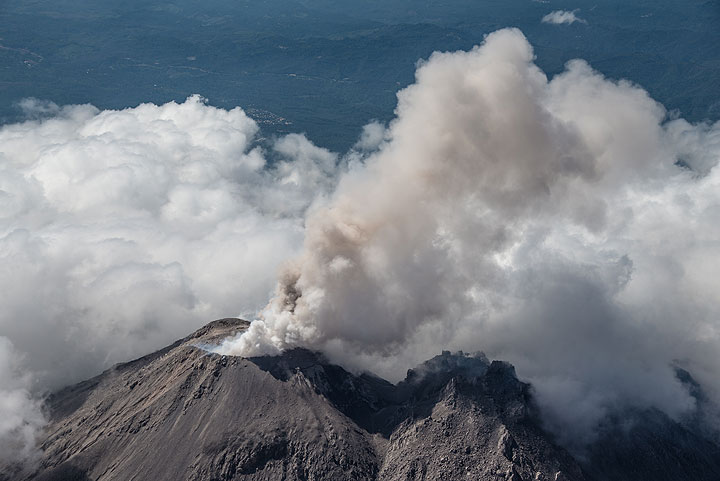 A weak eruption in the morning of 27 Dec. (Photo: Tom Pfeiffer)