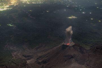 Weak eruption at night. (Photo: Tom Pfeiffer)