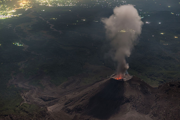 A plume with only light ash content is produced by this eruption. (Photo: Tom Pfeiffer)