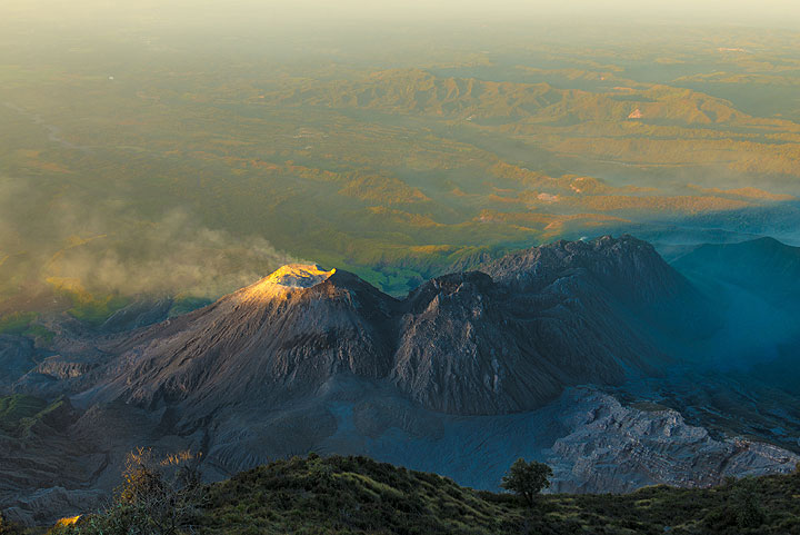 Dawn with first sunlight reaching the summit of Caliente dome. (Photo: Tom Pfeiffer)
