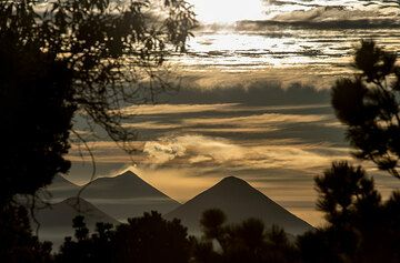 Morning silhouettes of Fuego/Acatenango and Atitlán volcanoes to the east. (Photo: Tom Pfeiffer)