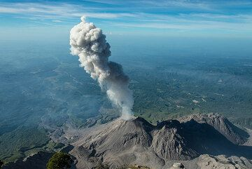 Wide-angle view of the eruption, with a 1000 m tall plume. (Photo: Tom Pfeiffer)