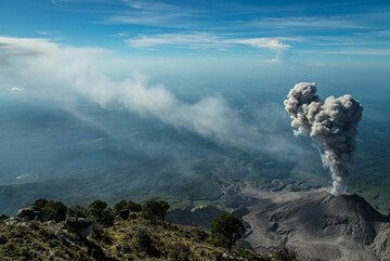 The plume from the previous eruption has drifted east, leaving a trail in the atmosphere. (Photo: Tom Pfeiffer)